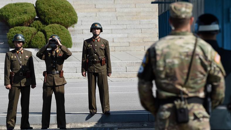 Żołnierze z Korei Północnej obserwują wojskowych z południa