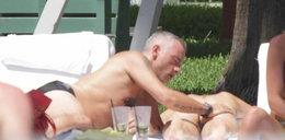 Eros na basenie z partnerką. Trzymał rękę na...