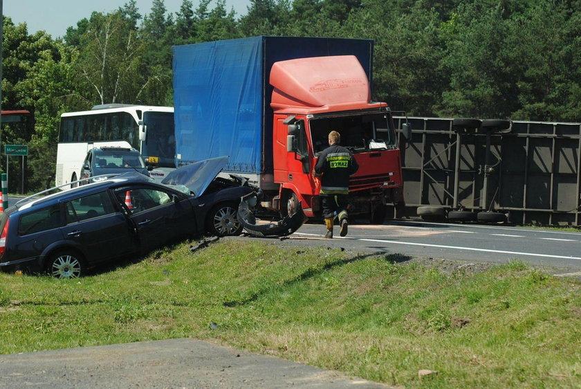Kierującą fordem i kierowcę ciężarówki odwieziono do szpitala