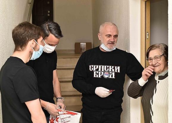 Prvotimci crveno-belih Njegoš Petrović i Veljko Nikolić dele pakete starijim zvezdašima