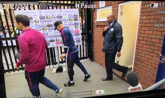 Žesus napušta stadion posle povrede u meču sa Kristal Palasom