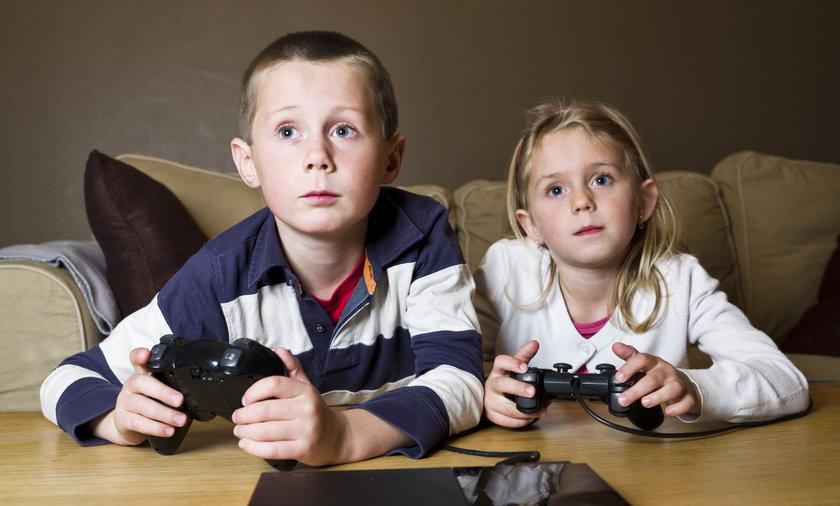 dzieci grajace w gry komputerowe