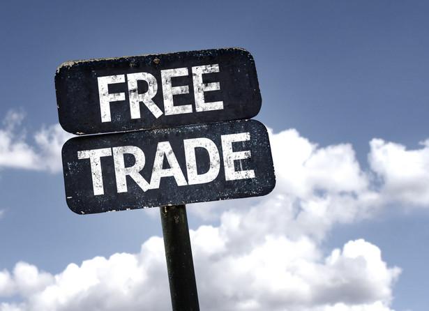 """""""Pośród międzynarodowych napięć handlowych wysyłamy mocny sygnał, że opowiadamy się za handlem opartym na regułach"""" - napisał Juncker."""