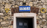 Skąd kółko i trójkąt na toaletach? Dla obcokrajowców w Polsce to kompletna niewiadoma!