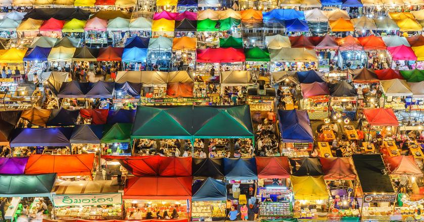 Taki nocny market można zobaczyć w mieście, które w tym roku najprawodopodobniej odwiedzi najwięcej turystów