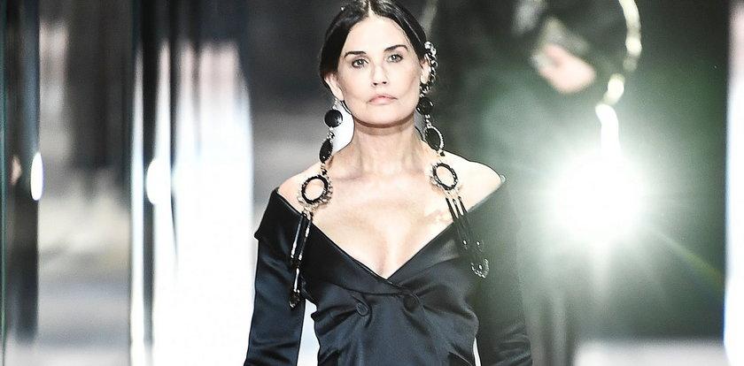 Demi Moore zadebiutowała w roli modelki. 58-latka na paryskim wybiegu podzieliła fanów