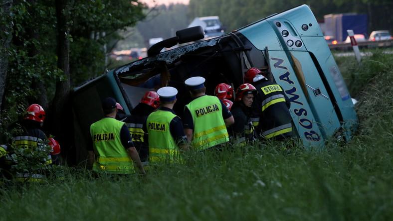 """Wypadek autokaru z dziećmi na krajowej """"jedynce"""". 2 osoby ciężko ranne"""