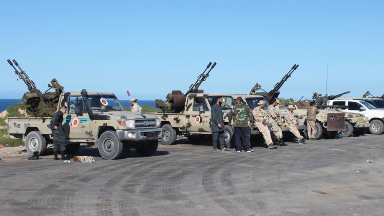 Siły broniące Trypolisu szykujące się do odparcia ataku Libijskiej Armii Narodowej