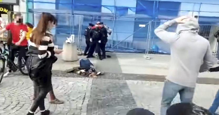 Bulwersująca scena! Policjant powalił emerytkę na ziemię. Teraz kobieta ma spore kłopoty