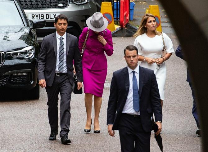 Princeza Haja u beloj haljini stiže na sud u Londonu