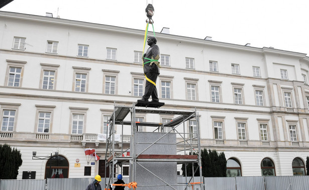 Pomnik prezydenta Lecha Kaczyńskiego został odsłonięty na Placu Piłsudskiego w Warszawie 10 listopada br.