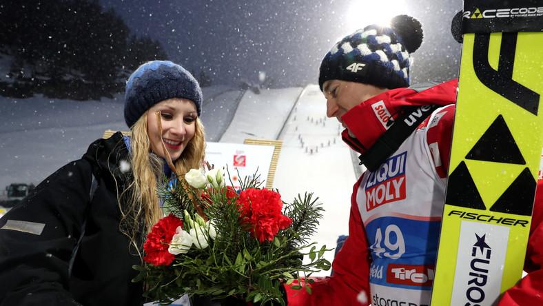 Kamil Stoch z żoną Ewą Bilan-Stoch po dekoracji kwiatowej konkursu indywidualnego w skokach narciarskich na mistrzostwach świata w narciarstwie klasycznym