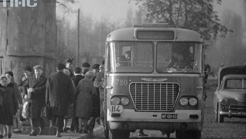 """Pojazdy z Węgier - choć nie takie, jak wprowadzone do eksploatacji w 1978 roku - były w stolicy już znane. W grudniu 1960 roku stolica dostała partię Ikarusów 620. Te """"solówki"""" zabierały 22 pasażerów na miejscach siedzących i 55 stojących. Łącznie kursowało 179 Ikarusów 620. Zostały wycofane z ruchu w Warszawie w marcu 1969 roku. Wydawało się, że już nie wrócą. A jednak wróciły. Odmienione. Bo model 280.11 był zupełnie inny od 620... Dlaczego Ikarus?"""