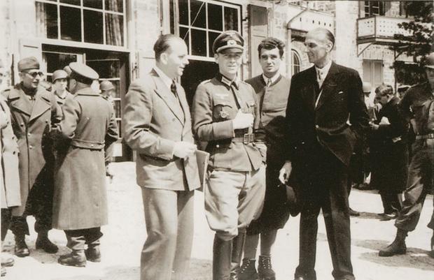 Zakładnicy w hotelu Peragser Wildsee po wyzwoleniu 5 maja 1945 r. Płk. Bogislaw von Bonin (w środku) i Sigismund Payne Best (ciemny garnitur)