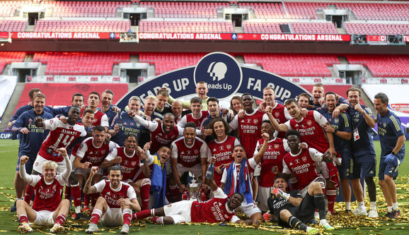 Fudbaleri Arsenala slave trofej