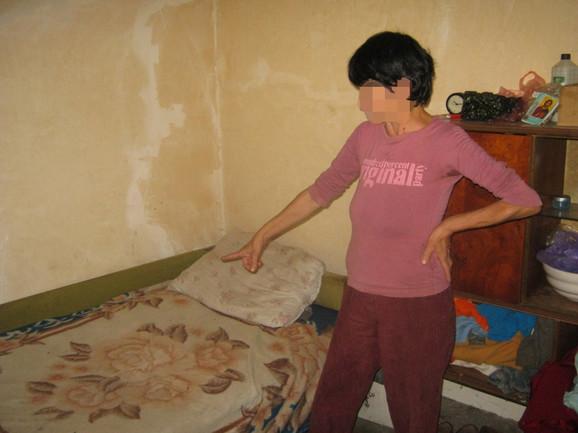 Stanojka P. pokazuje krevet u kom ju je napastvovalo starije dete