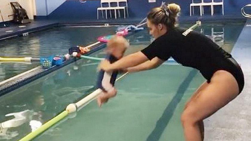 Wrzuciła niemowlę do wody. Internauci oburzeni. Słusznie?