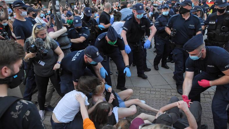 Akcja policji podczas protestu aktywistów LGBT na Krakowskim Przedmieściu w Warszawie