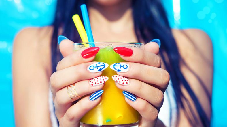 Jakie zdobienia paznokci są modne tego lata?