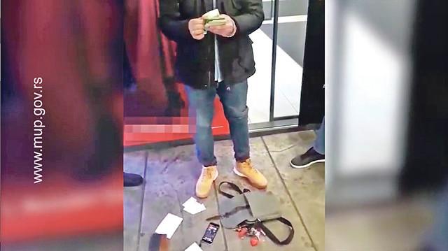 """Akcija hapšenja čelnika """"Vinče"""" snimala je, u sklopu istrage, i policija, a nuđen je mito od 4.000 evra, koji je i zaplenjen."""