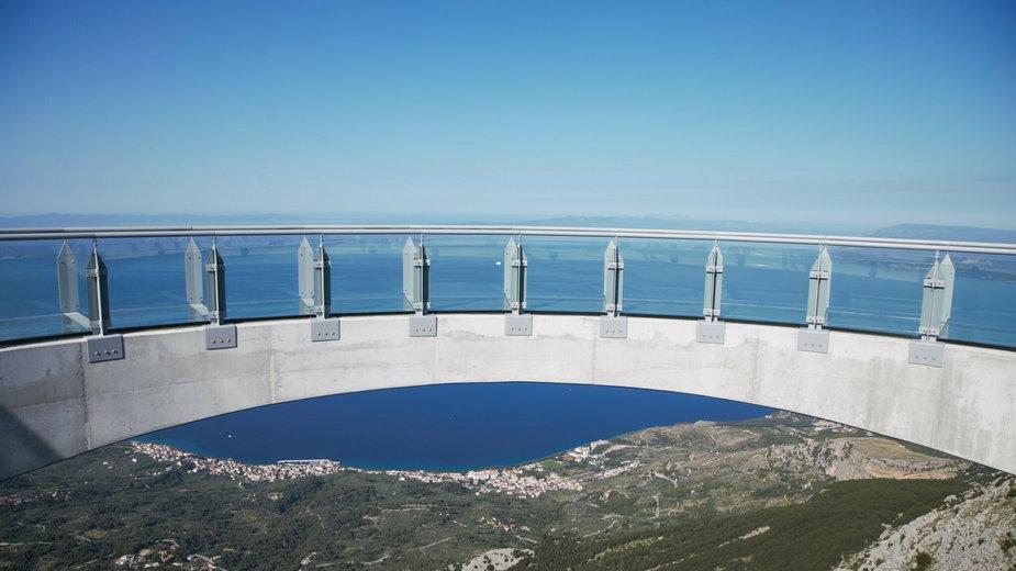 Szklany taras widokowy na górze Biokovo nad Riwierą Makarską