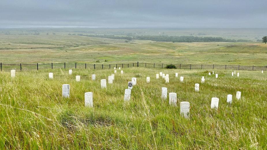 Last Stand Hill, miejsce ostatniej walki i śmierci ppłk G.A. Custera, z tyłu teren bitwy aż do linii drzew rosnących nad rzeką Little Bighorn