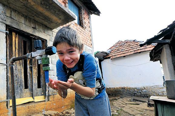 """Aleksandar (10) nema ni struju, ni vodu, uči pod svećom, kupa se u ZARĐALOM LONCU, a na sve to još i kaže """"NEMAM PRAVO DA SE ŽALIM"""""""