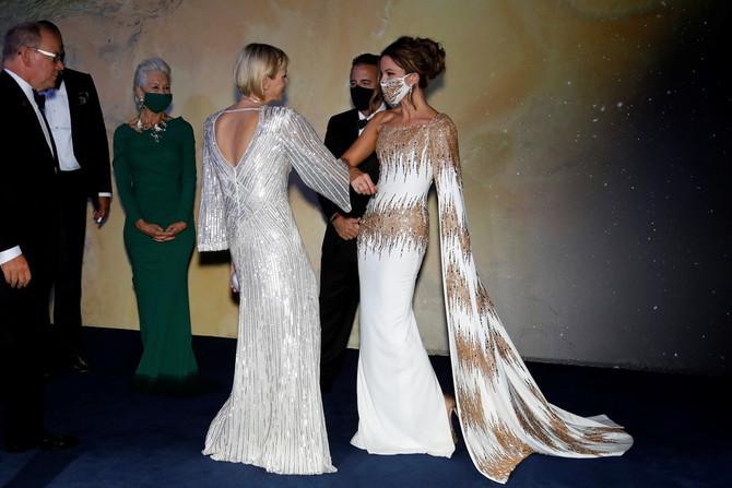 Princeza sa Kejt Bekinsejl koja je uskladila desen maske sa printom na haljini, u pozadini vidite Helen Miren