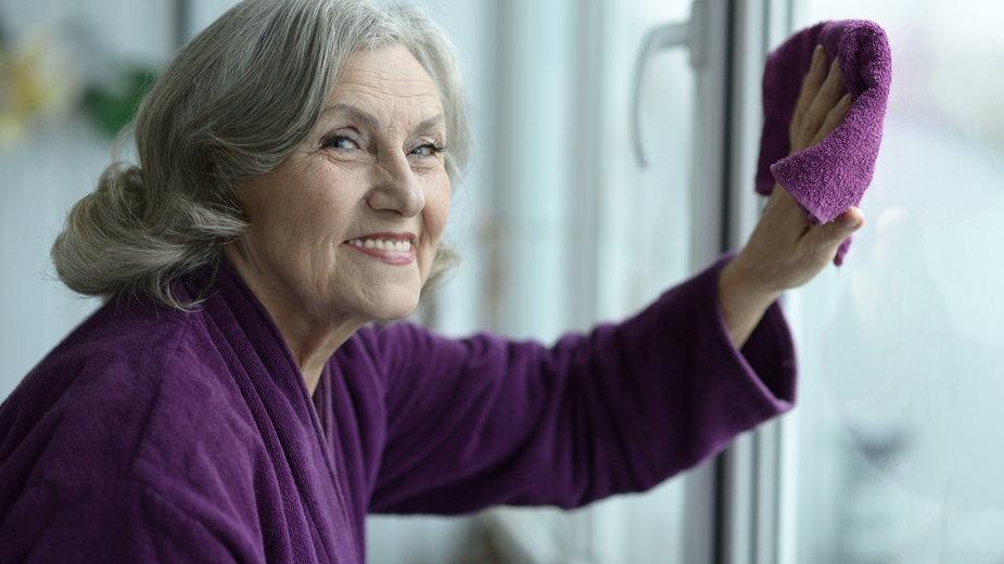 Co zrobić, by okna były czyste na dłużej i bez smug? Świetny patent naszych babć