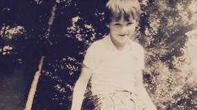 Kim jest ten chłopiec ze zdjęcia? Dzisiaj to serialowy amant