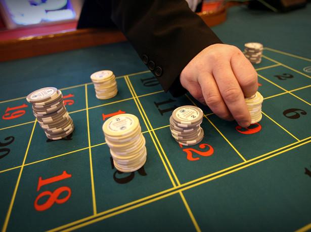 Tylko niewielki odsetek hazardzistów, około 12 tysięcy osób uzależnionych zdecydowało się na leczenie.