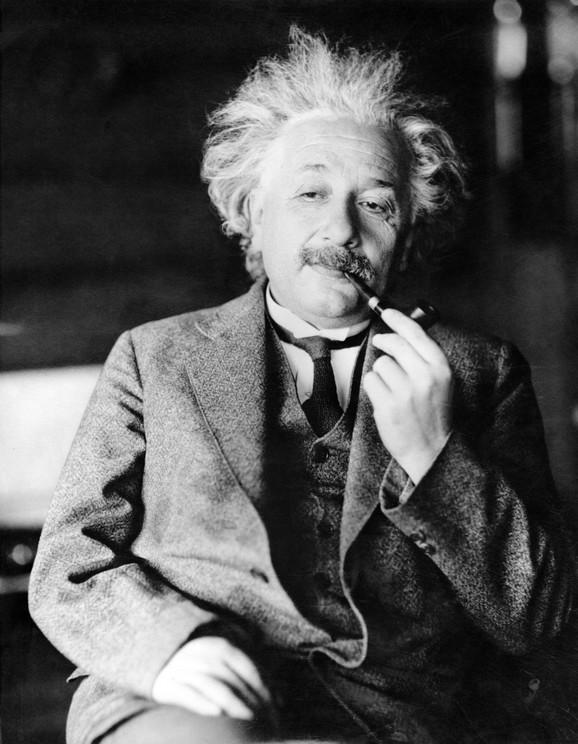 Ajnštajn, osvedočeni pacifista, saznao je da su trojica hemičara u Berlinu na pragu stvaranja novog oružja