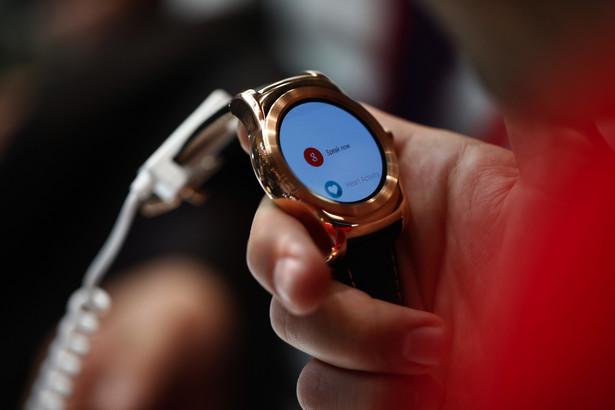"""LG Watch Urbane Smart zegarków na MWC w tym roku było wiele, co może świadczyć nie tylko o rozwoju tego segmentu urządzeń ale i wskazuje na przygotowania koncernów na nadejście Apple Watch. Następca LG Watch R jest od niego przede wszystkim """"ładniejszy"""". Plastikową kopertę zastąpiono metalem. Wyświetlacz P-OLED o przekątnej 1,3 cala. Całość działa na Android Wear. Niestety wersji LTE na rynek europejski nie będzie. Dostępny w dwóch podstawowych wersjach: srebrnej """"sportowej"""" i złotej, nieco bardziej eleganckiej."""