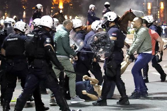 Prebijanje jednog od demonstranata