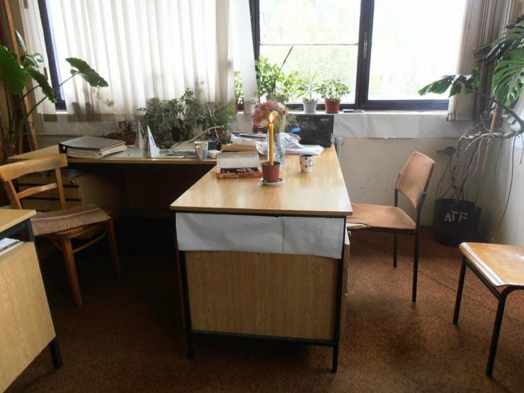 Sto za kojim je radila pokojna Vesna sa svećom i šoljicom kafe