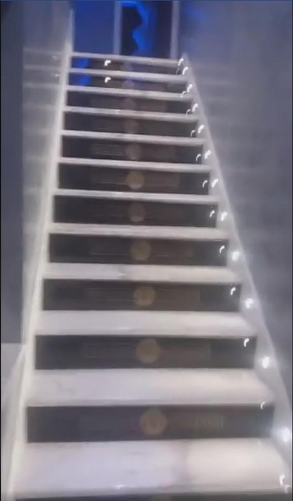Stepenice sa ugraviranim logom brenda