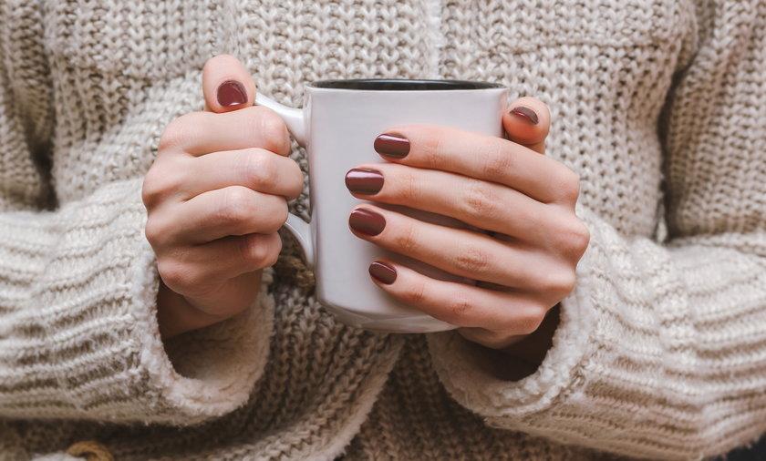 Co oznaczają zimne ręce? Te zmarznięte notorycznie najczęściej świadczą o problemach z krążeniem. Sprawdź, co mogą oznaczać, jakie badania powinnaś zrobić i jak zdrowo możesz rozgrzać dłonie.