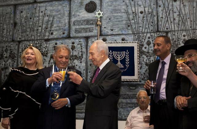 Zubin Mehta (2L) i Šimon Peres (C)