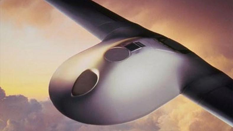 Samolot bezzałogowy, stworzony przez Boeinga i Lockheed Martin, pod nadzorem DARPA przyciągał uwagę nie tylko możliwościami, ale również unikalnym kształtem. Pierwszy lot samolotu, który odbył się 29 marca 1996 roku, spotkał się z przerażeniem mieszkańców Kalifornii
