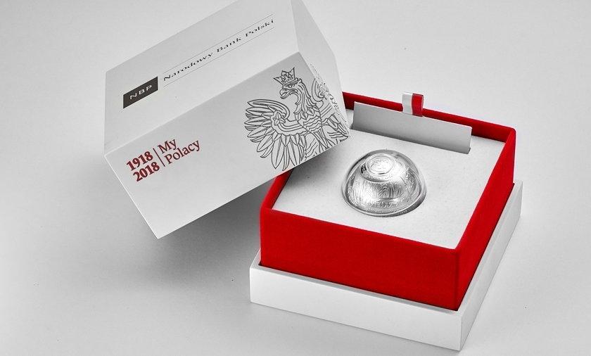 Srebrna moneta w kształcie kuli