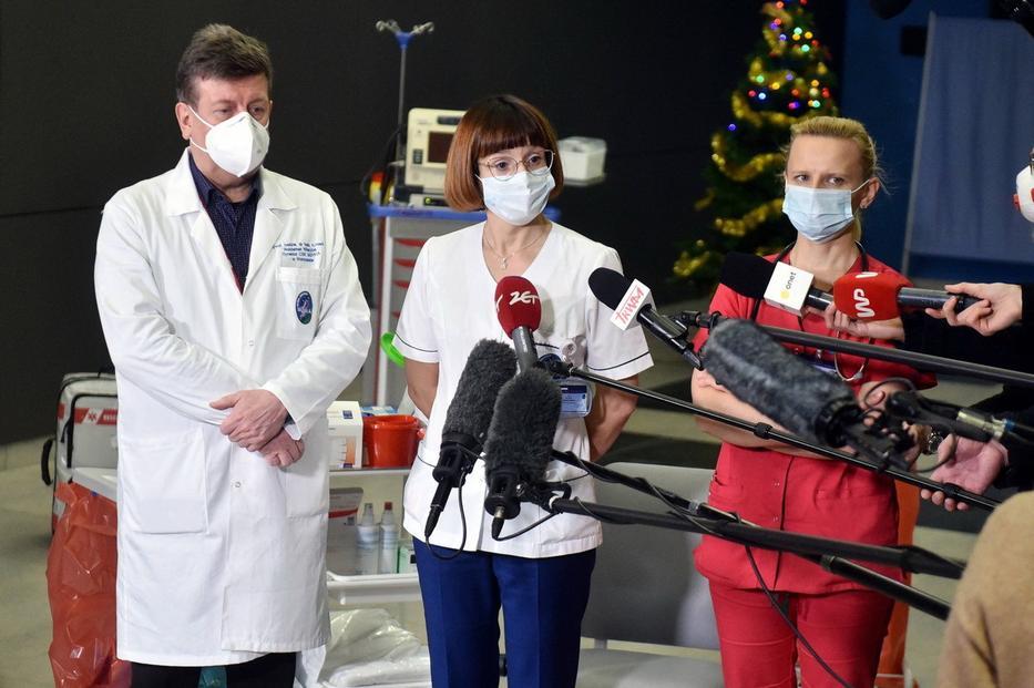 Óriási botrány a koronavírus-oltás körül: celebek, politikusok nyúlhattak le a készletből, vizsgálat indult
