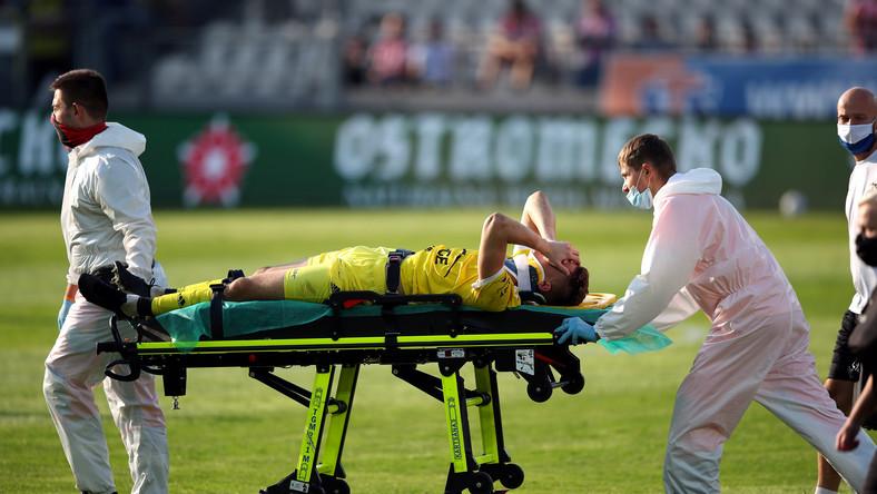 Kontuzjowany bramkarz Stali Mielec Rafał Strączek opuszcza boisko na noszach podczas meczu piłkarskiej Ekstraklasy z Cracovią