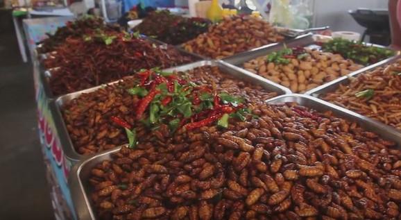 Prženi insekti na Tajlandu na pijaci