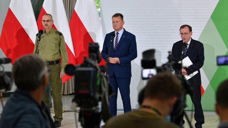 Minister spraw wewnętrznych i administracji Mariusz Kamiński (P), minister obrony narodowej Mariusz Błaszczak (C) i komendant główny Straży Granicznej gen. dyw. SG Tomasz Praga (L)