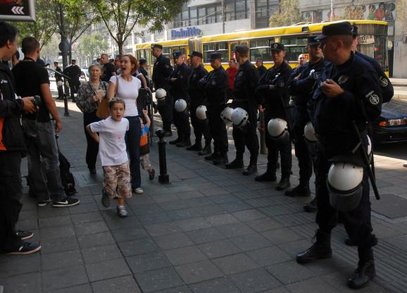 Policijsko obezbeđenje ispred zgrade Medija centra