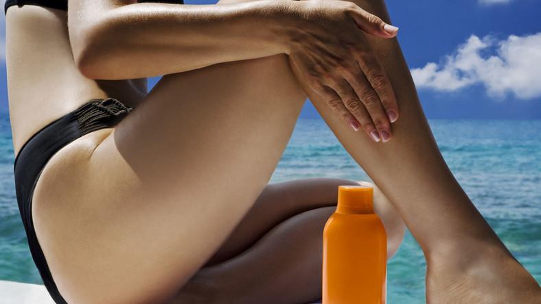 kobieta nakłada krem przeciwsłoneczny opalanie plaża