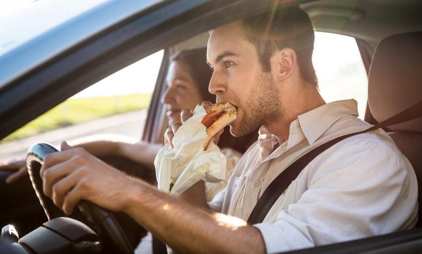 Jesz w samochodzie? Nawet nie wiesz, co ci grozi!