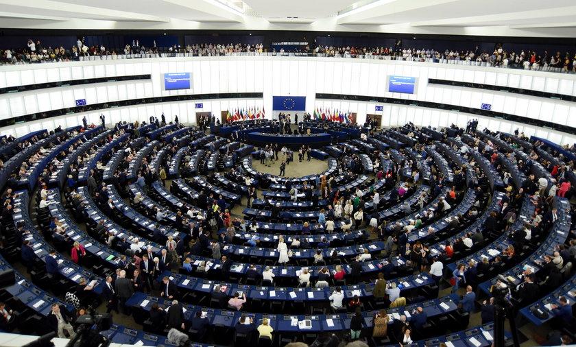 Parlament Europejski przyjął rezolucję upominającą Polskę w sprawie wolności mediów i praworządności.