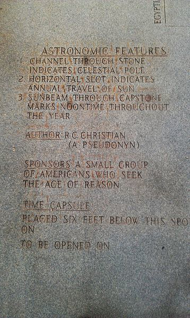 U četiri ploče uklesani su ovaj i drugi misteriozni natpisi. Ovde nisu navedenii ni datum polaganja, ni datum otvaranja vremenske kapsule, koja je navodno zakopana ispod spomenika.