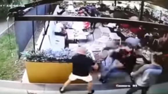 Kamere zabeležile napad: Zeta Nataše Bekvalac brutalno tukli, a potom ga izboli i pobegli